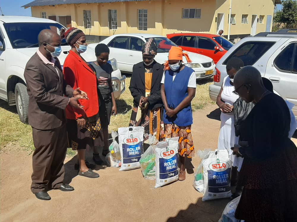 Dr Smelly donates to the elderly in Gweru